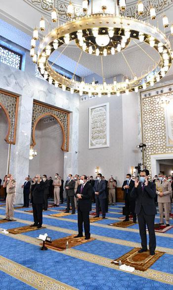 الرئيس السيسي وكبار رجال الدولة يؤدون صلاة عيد الفطر بمسجد الماسة بالعلمين الجديدة (1)