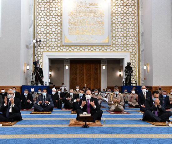 الرئيس السيسي وكبار رجال الدولة يؤدون صلاة عيد الفطر بمسجد الماسة بالعلمين الجديدة (3)