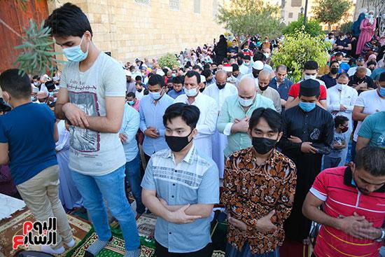 المصلون يلتزمون بارتداء الكمامة خلال صلاة العيد بالجامع الأزهر