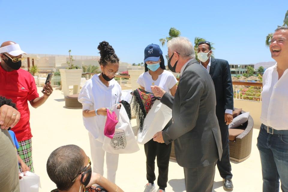 محافظ جنوب سيناء يقدم هدايا - Copy