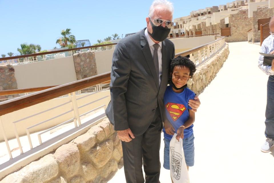 محافظ جنوب سيناء مع طفل من عائلتها - Copy