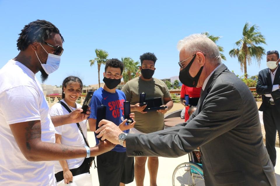 محافظ جنوب سيناء يلتقي جلوريا والكر - Copy