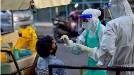 عامل طبي يقوم بإجراء فحص كورونا فى جزر المالديف