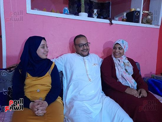 الزوج-مع-زوجتيه-الأولى-والثانية