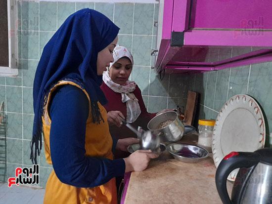 الزوجتان-يساعدا-بعضهما-فى-المطبخ