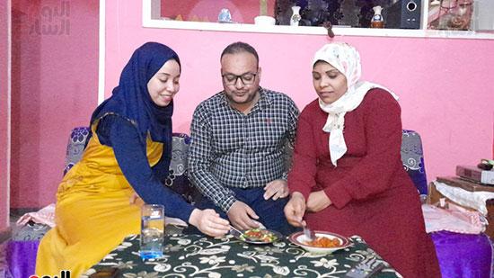 الزوجتان-يتناولا-الطعام-مع-الزوج
