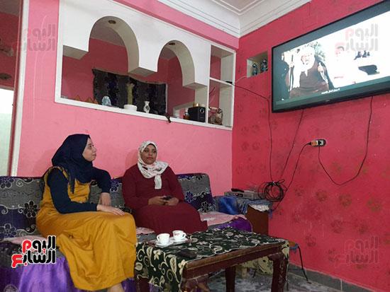 الزوجتان-يشاهدا-التلفاز-معا