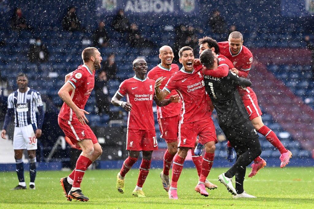 احتفال أليسون ومحمد صلاح مع لاعبى ليفربول