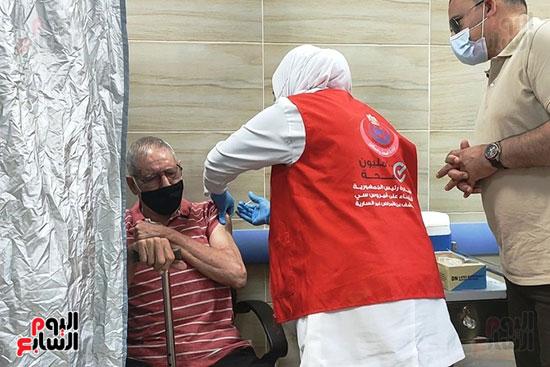 مواطنين-يتلقون-اللقاح