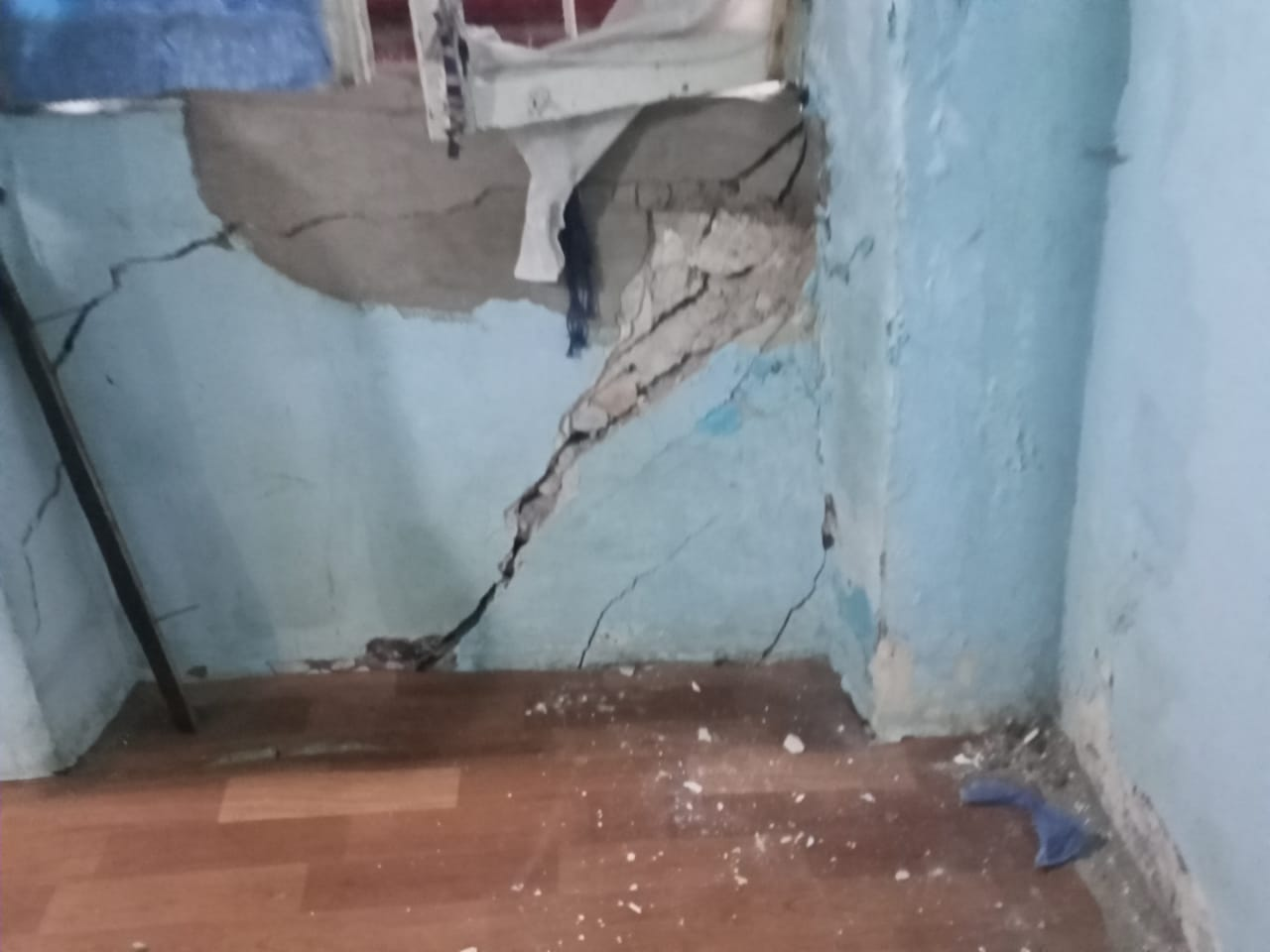 صورة سقوط أجزاء من سقف عقار بالإسكندرية دون حدوث إصابات.. صور