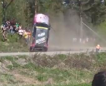 السيارة تنقلب امام الجمهور
