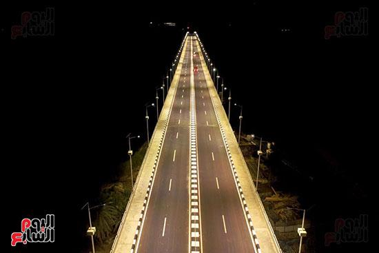 طريق-المحور-مضاء-ليلاً