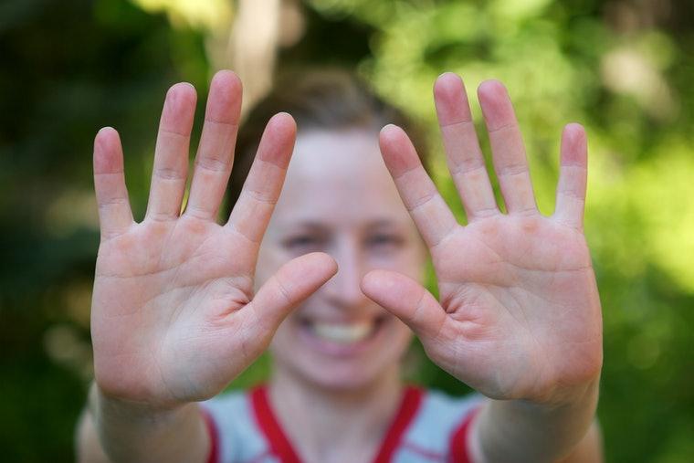 العناية بالأظافر وتنظيفها ..فرك اليدين
