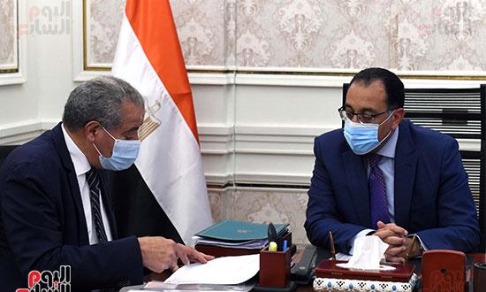 الدكتور مصطفى مدبولى رئيس الوزراء مع الدكتور على مصيلحى (4)