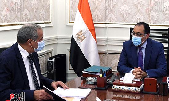 الدكتور مصطفى مدبولى رئيس الوزراء مع الدكتور على مصيلحى (1)