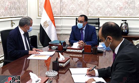 الدكتور مصطفى مدبولى رئيس الوزراء مع الدكتور على مصيلحى (3)