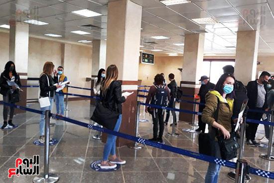 الفوج-السياحي-الروماني-داخل-صالة-وصول-مطار-مطروح