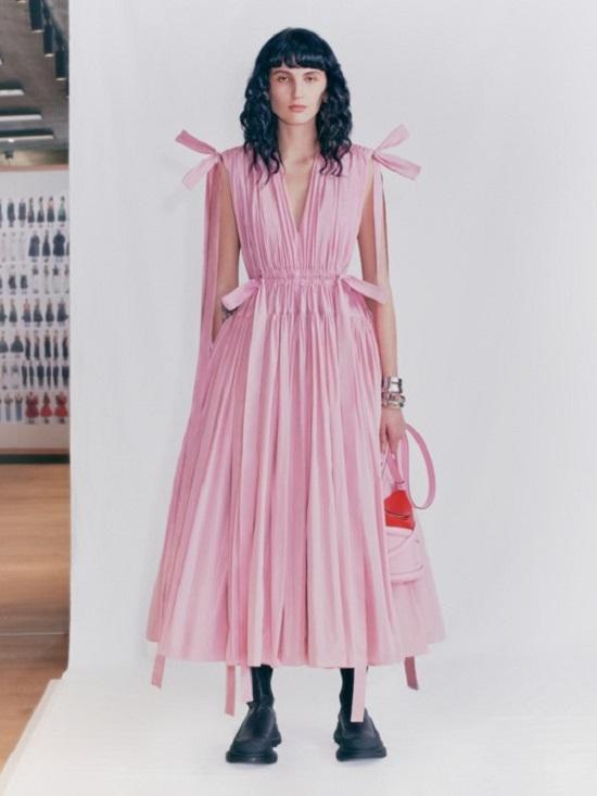 فستان بدرجات البينك من ألكسندر ماكوين