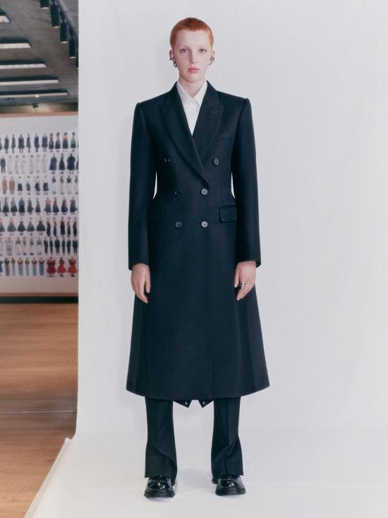 معطف أسود من ألكسندر ماكوين