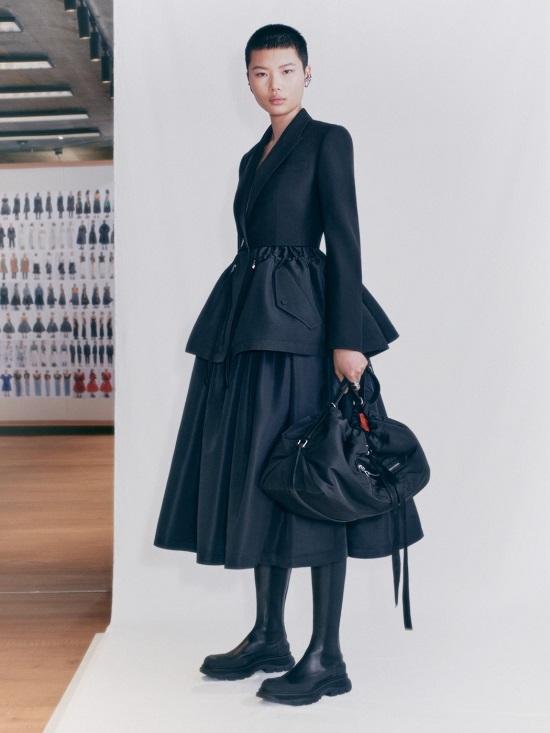 فستان أسود من ألكسندر ماكوين