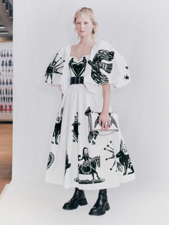 فستان مطبوع من ألكسندر ماكوين