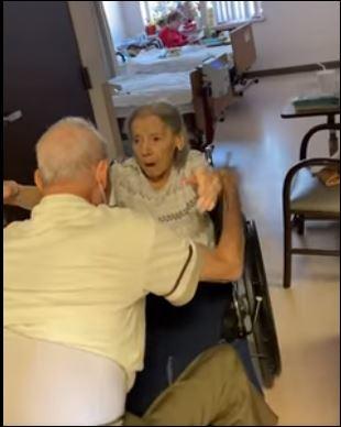 لحظة لم شمل زوجين مسنين بعد عام من الانفصال بسبب كورونا بأمريكا (1)