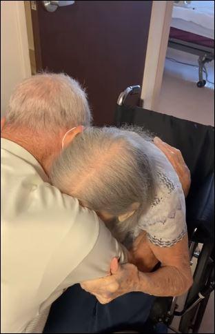 لحظة لم شمل زوجين مسنين بعد عام من الانفصال بسبب كورونا بأمريكا (2)