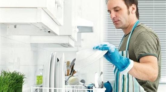زوج يغسل المواعين