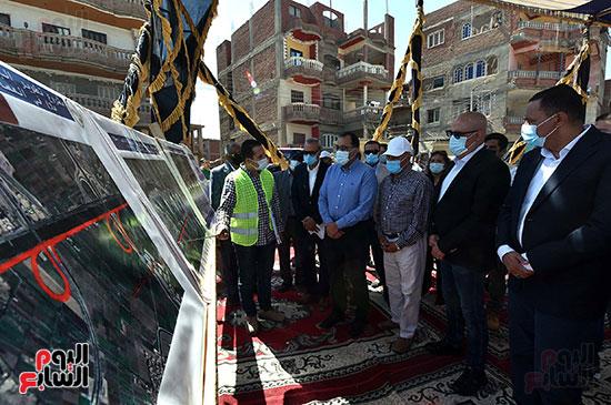 رئيس الوزراء يتفقد عددا من المشروعات  (1)