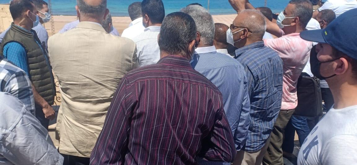 رئيس الوزراء يجري جولة مفاجئة بالغردقة (2)