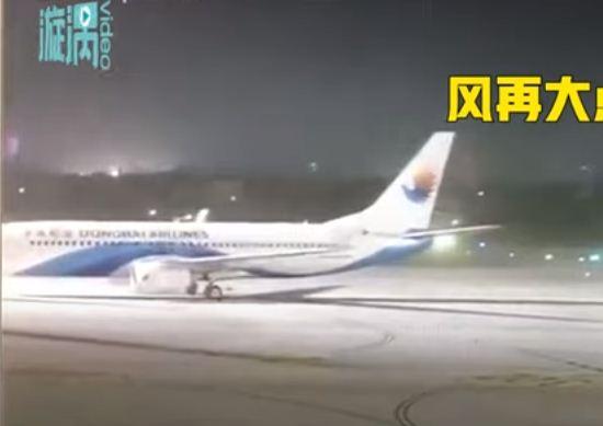 الطائرة تتحرك من المدرج