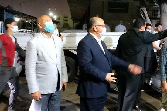 محافظ القاهرة يعنف رئيس حى شرق بعد ضبط مقهى تغلق الشارع (2)