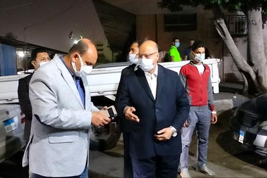 محافظ القاهرة يعنف رئيس حى شرق بعد ضبط مقهى تغلق الشارع (3)