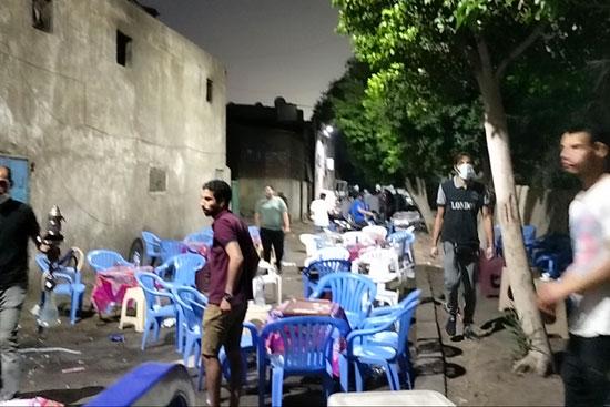 محافظ القاهرة يعنف رئيس حى شرق بعد ضبط مقهى تغلق الشارع (1)