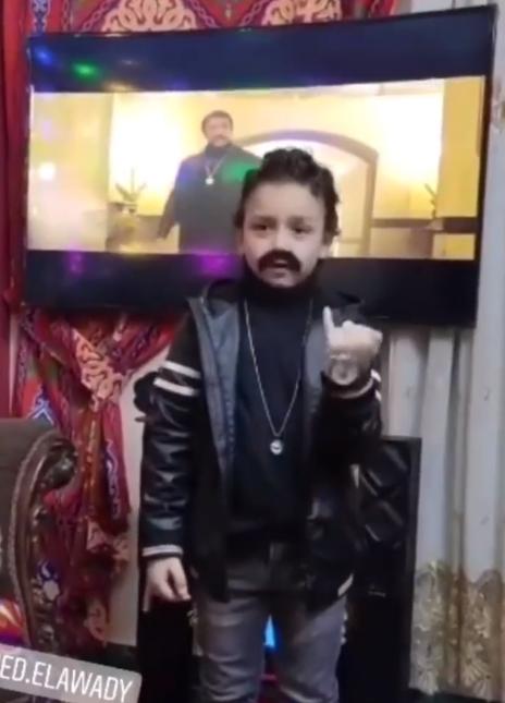 طفل يقلد احمد العوضي