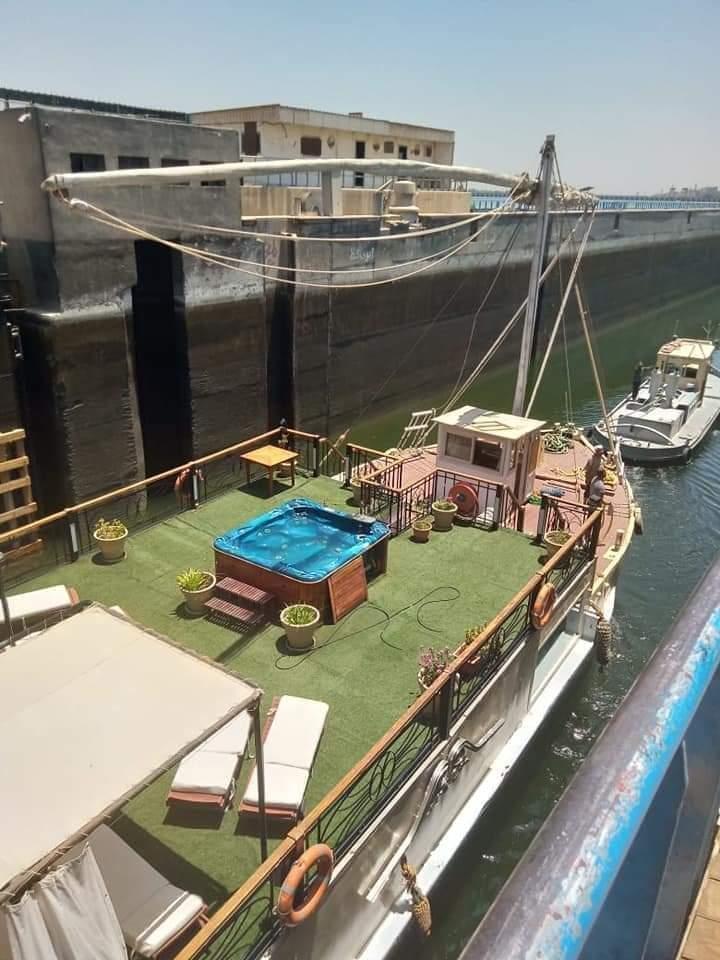 المركب الشراعية تمر من هويس إسنا الملاحى بعد إعادة افتتاحه