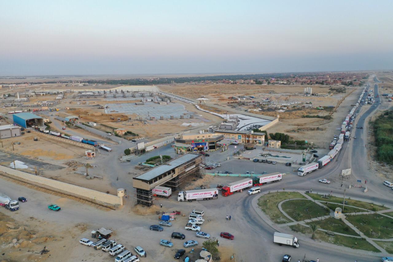 قافلة صندوق تحيا مصر تعبر نفق الشهيد أحمد حمدي في الطريق لقطاع غزة (4)