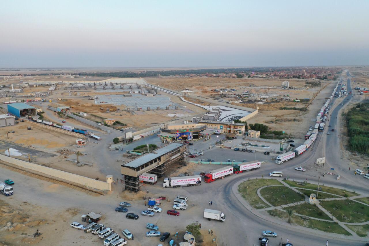 قافلة صندوق تحيا مصر تعبر نفق الشهيد أحمد حمدي في الطريق لقطاع غزة (3)