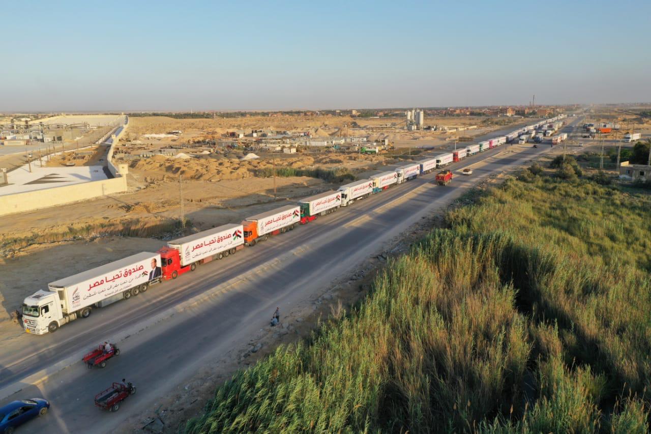 قافلة صندوق تحيا مصر تعبر نفق الشهيد أحمد حمدي في الطريق لقطاع غزة (1)