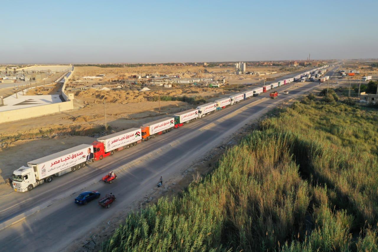 قافلة صندوق تحيا مصر تعبر نفق الشهيد أحمد حمدي في الطريق لقطاع غزة (14)