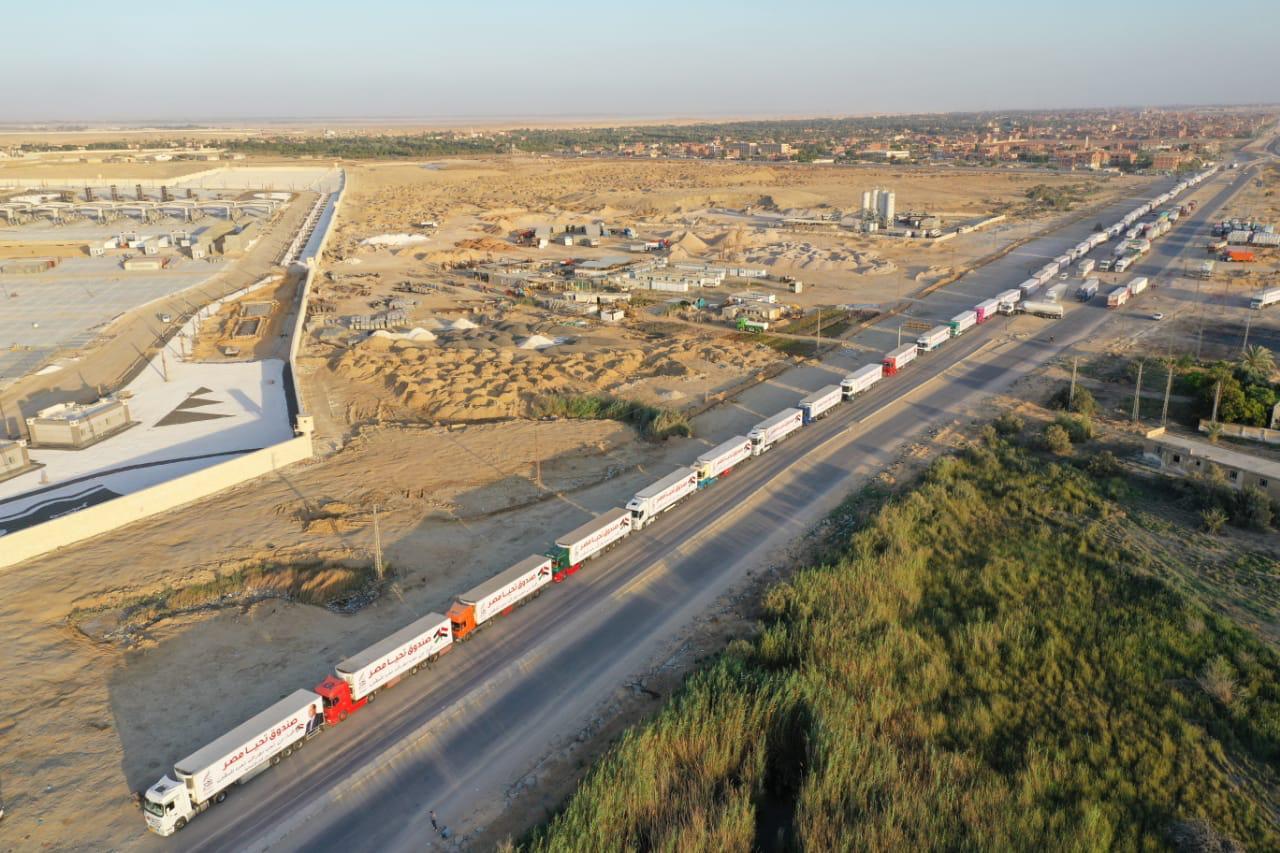 قافلة صندوق تحيا مصر تعبر نفق الشهيد أحمد حمدي في الطريق لقطاع غزة (2)