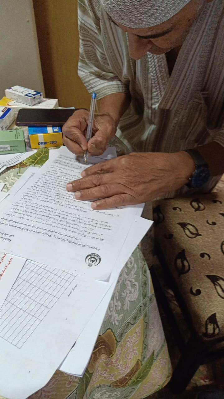 أحد المواطنين يكتب بيانته فى منزله
