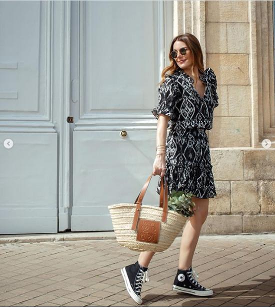 أفكار لتنسيق فساتين الصيف مع الأحذية الرياضية  (7)