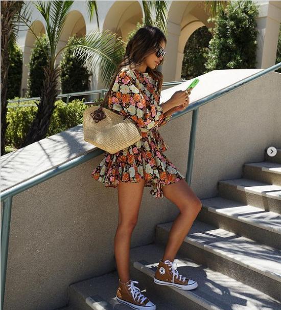 أفكار لتنسيق فساتين الصيف مع الأحذية الرياضية  (6)