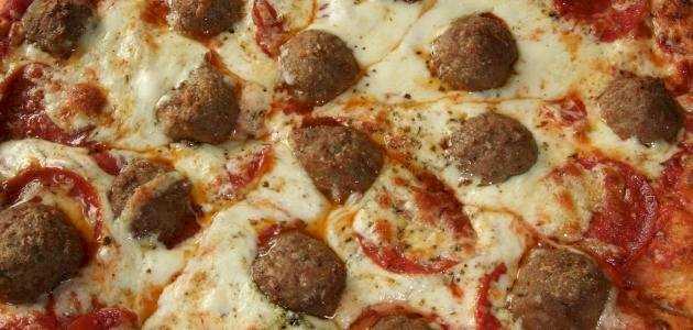 طريقة عمل البيتزا بكرات اللحم