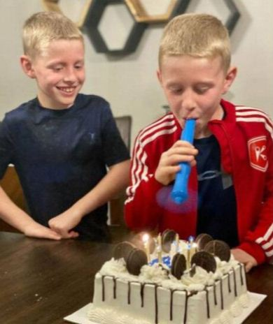 اطفال يستخدمون الجهاز فى عيد ميلاد
