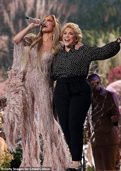 جينيفر لوبيز تغني برفقة والدتها