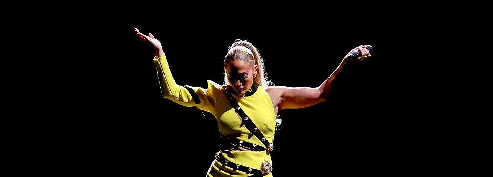 جينيفر لوبيز ترقص علي مسرح الحفل