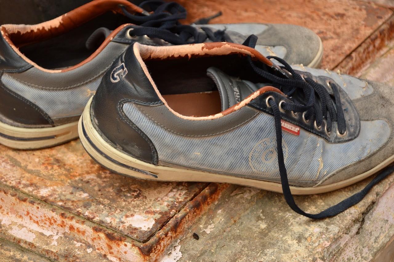 الحذاء امام الباب