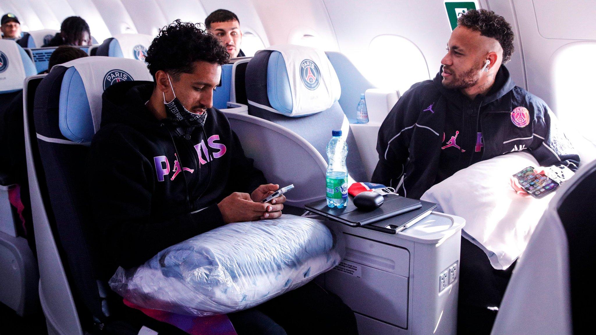 نيمار يتحدث مع احد زملائه في الطائرة